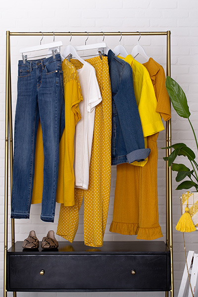 Du jaune pour une tenue lumineuse