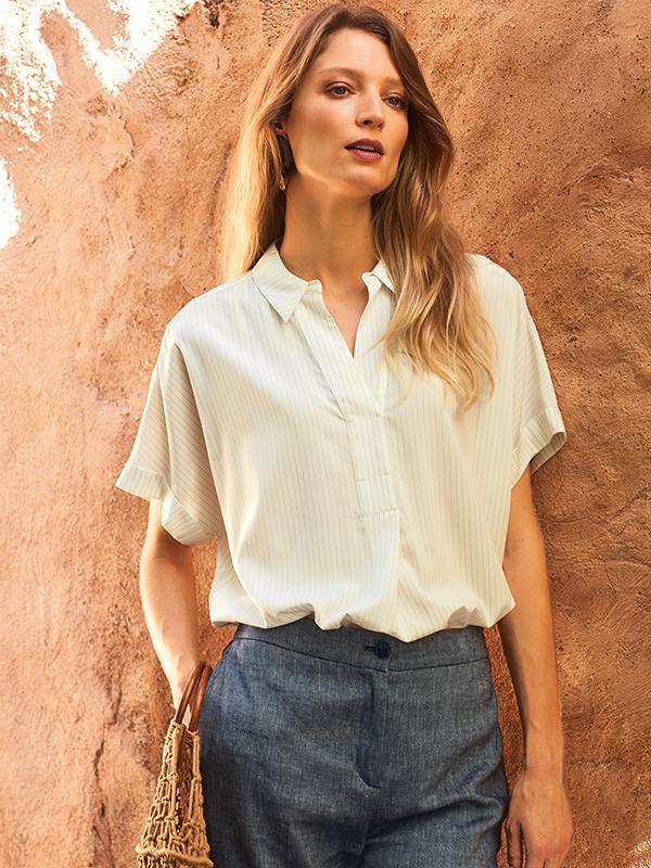 lichte wit gebroken bloes met fijne streepjes met nette grijze broek