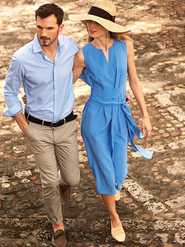 blauw midi d'auvry kleed en licht blauw hemd met beige broek en zwarte riem