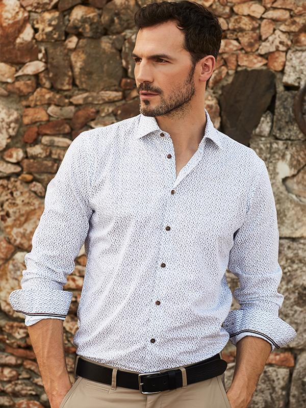 wit hemd met fijn patroon en beige broek met zwarte riem