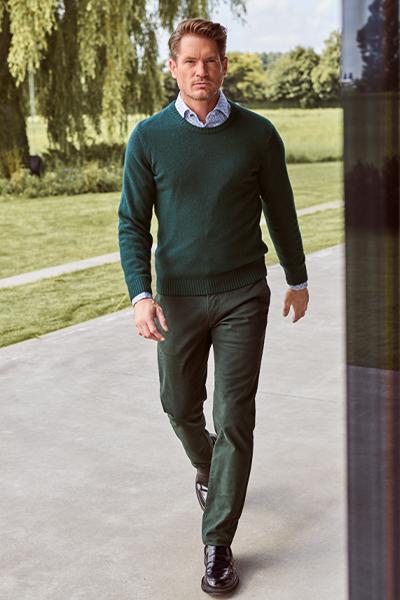 groene pull met hemd en groene broek heren