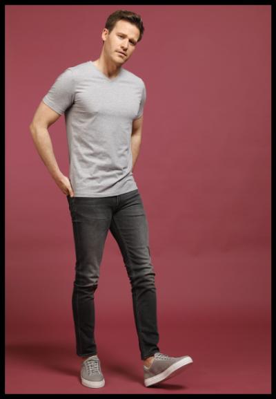basic grijze T-shirt met grijze jeans heren mode