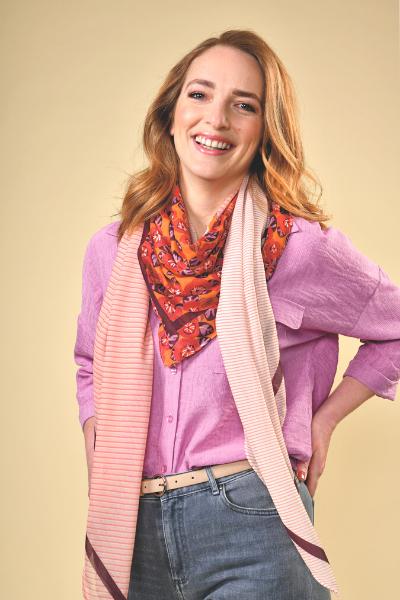 grijze jeansbroek met lila roze blouse en sjaaltje nieuwe collectie lente zomer