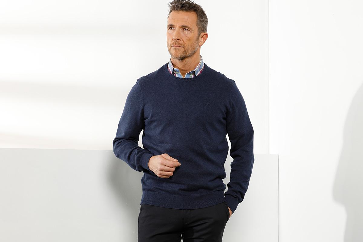 klassiek donkerblauwe polo met geruit hemd en sobere broek