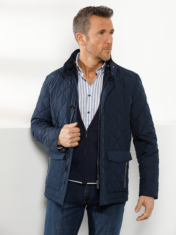 ultieme stijlvolle look met donkerblauwe jas gestreept hemd en denim broek