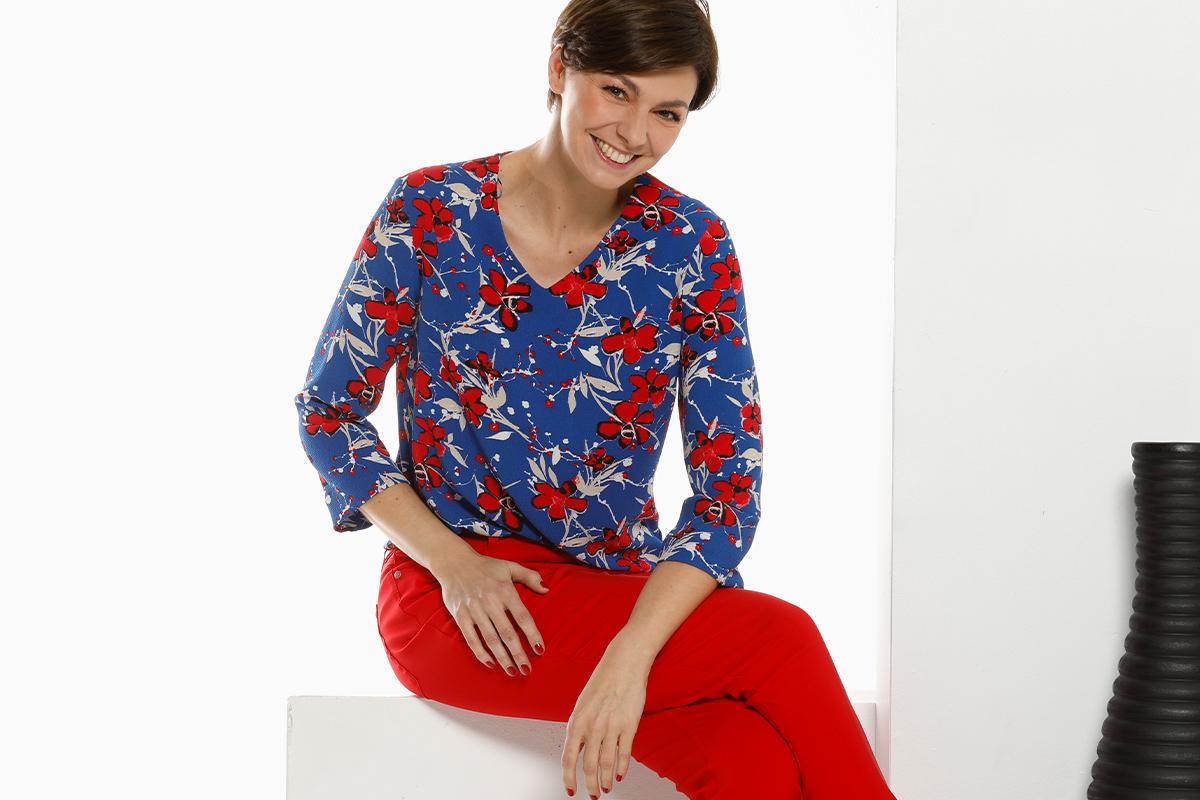klassiek en fleurig gebloemd bloesje blauw en rood met rode broek
