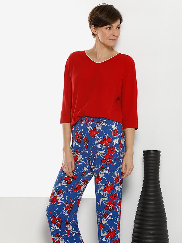comfortabel vrouwelijke outfit met rood en blauw bloemenprint broek