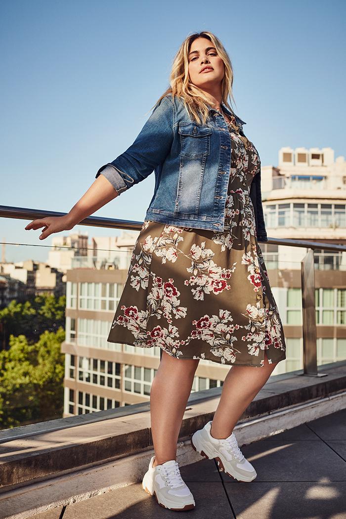 only carmakoma bloemenprint jurk kleedje met jeans vestje