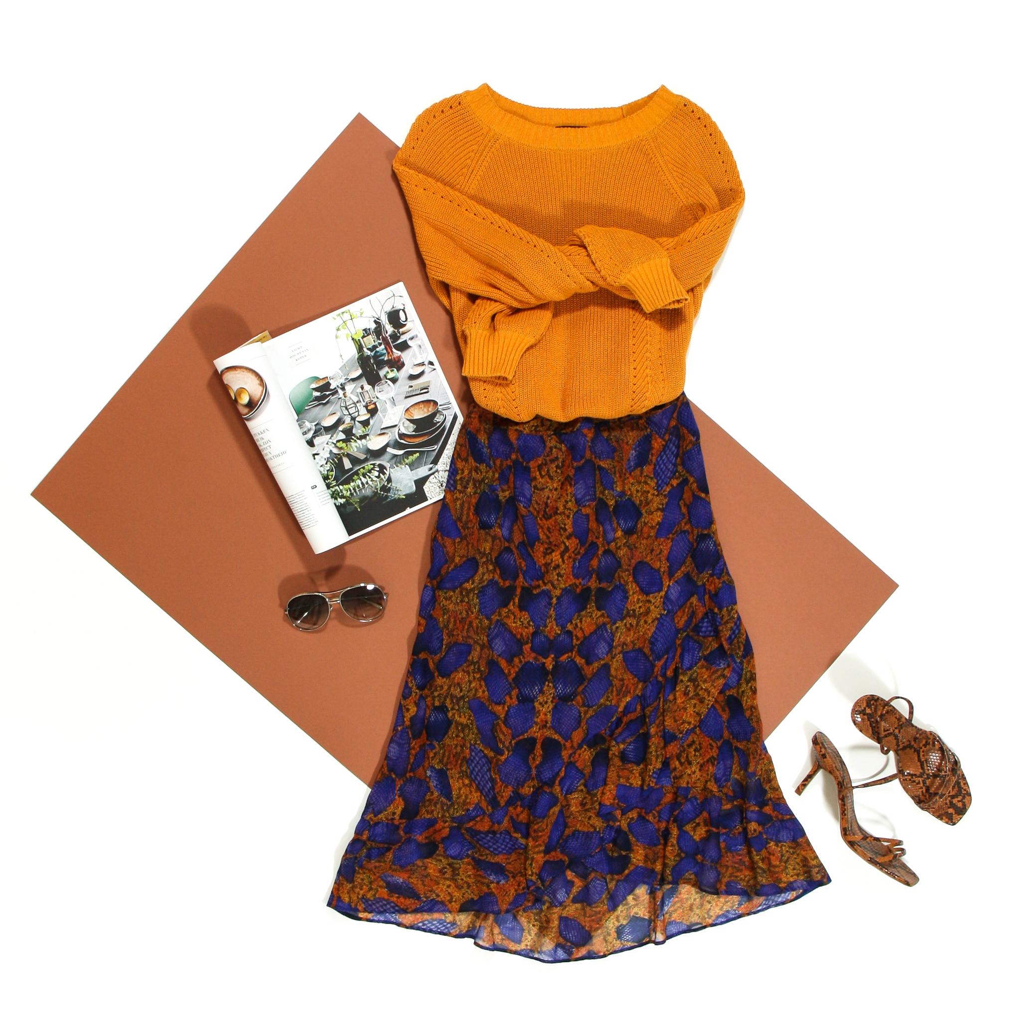 oranje gebreide pull en speelse rok met slangenprint