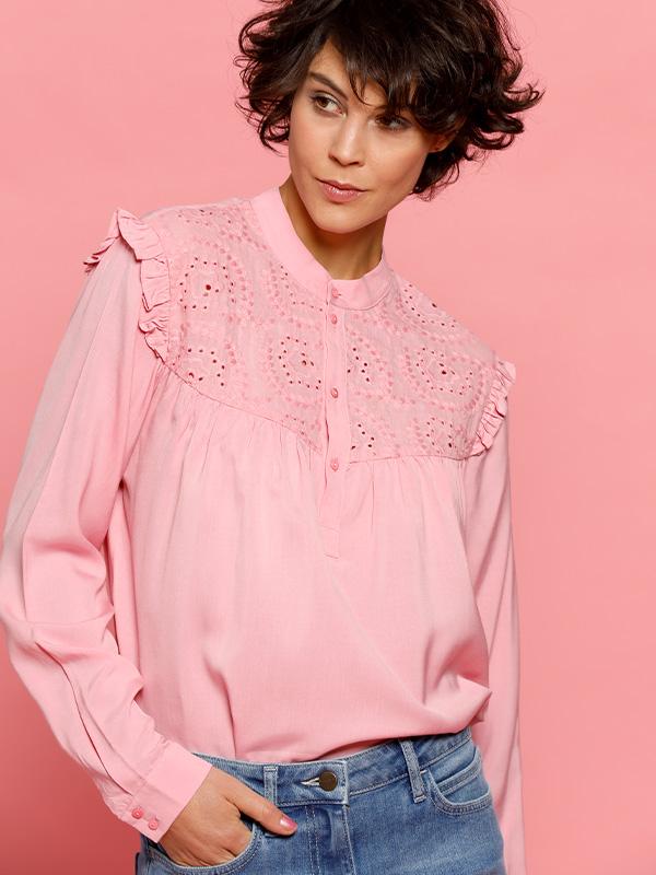 vrouwelijk stoer outfit met roze blouse en denim jeans broek van louise