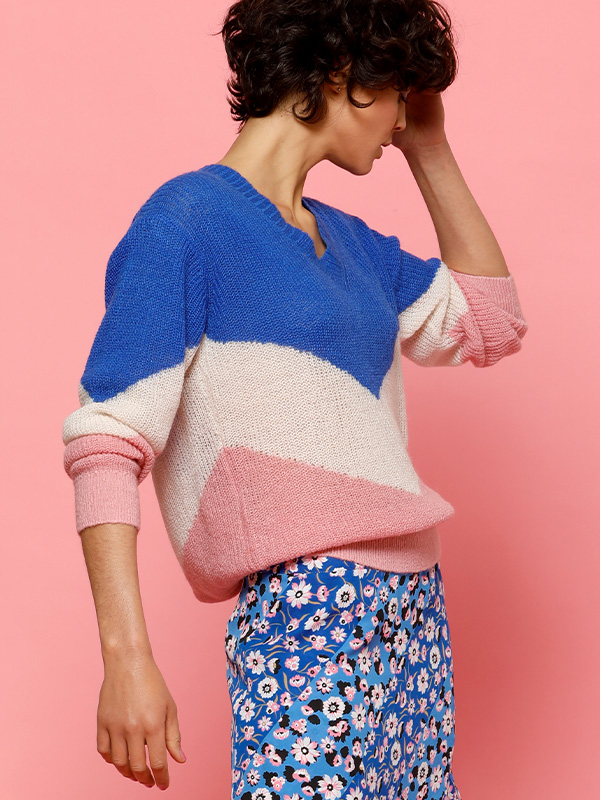 pink en blue roze en blauwe sweather trui van louise met bloemenjurk