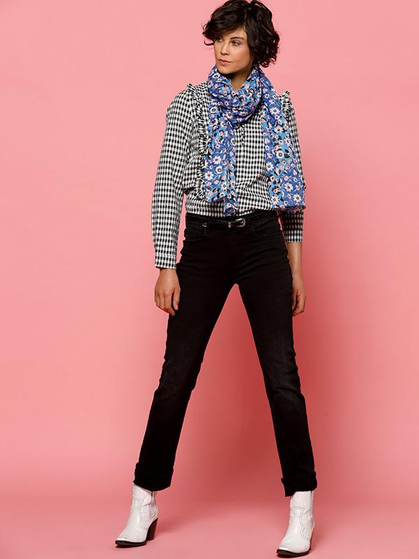 louise outfit flower touch vichy blouse op zwarte broek met een bloemen sjaaltje